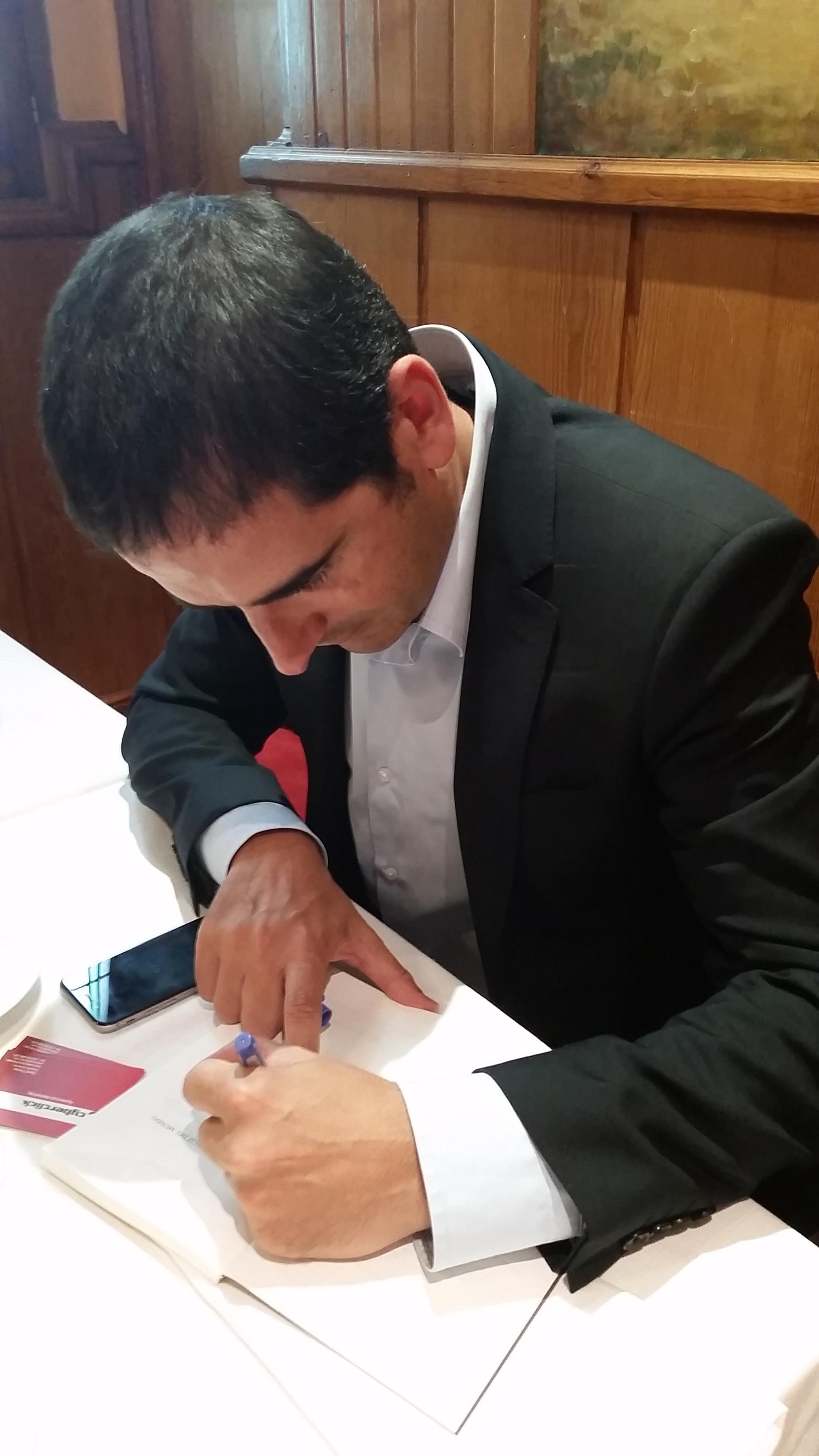 David-Toms-firmando
