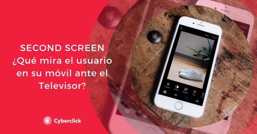 Second-screen-con-TV-que-mira-el-usuario-en-su-movil-ante-el-televisor