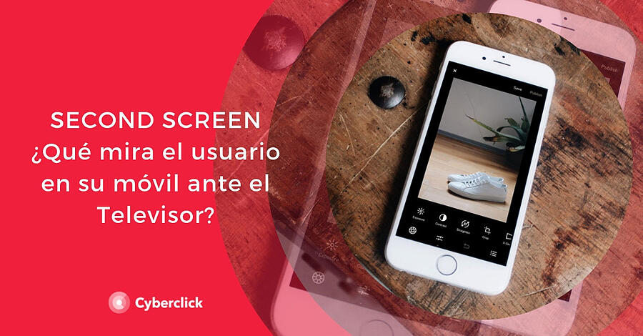 Second-screen-con-TV-que-mira-el-usuario-en-su-movil-ante-el-televisor